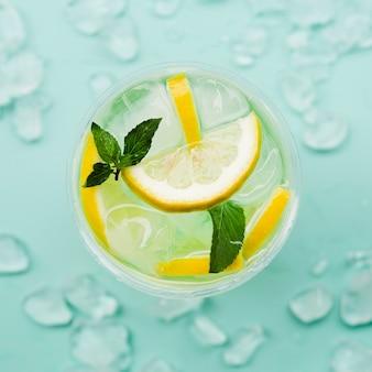 Cóctel de limón con cubitos de hielo.