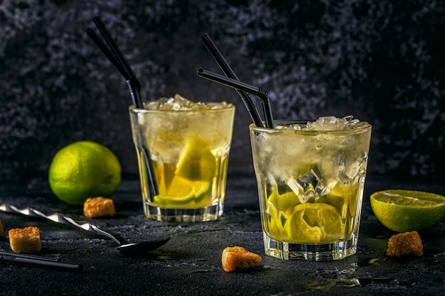 Cóctel de limón fresco con hielo sobre fondo oscuro.
