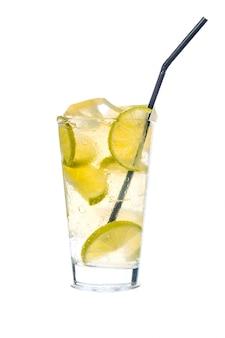 Cóctel con limón y hielo picado.
