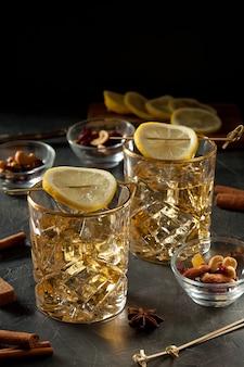 Cóctel con limón y hielo.