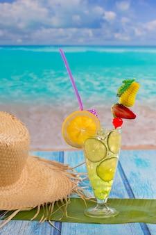 Cóctel de limón limón mojito en playa tropical
