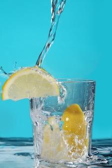 Cóctel con limón