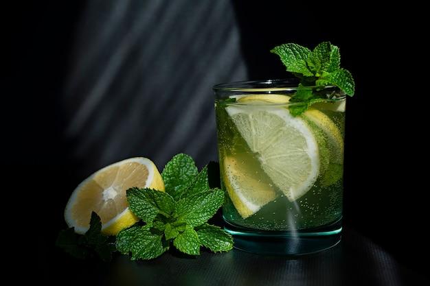 Cóctel de limonada o mojito con limón y menta, bebida refrescante fría con hielo