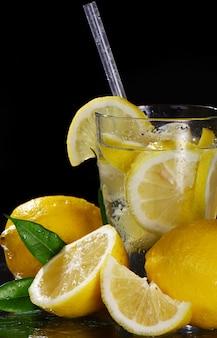 Cóctel con limones frescos