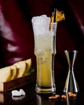 Cóctel de manzana amarilla con cubitos de hielo picado y frijoles.