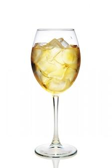 Cóctel de manzana con un vino espumoso con cubitos de hielo en copa de vino aislado en blanco
