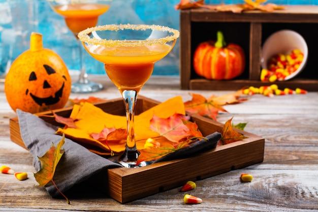 Cóctel de margarita de calabaza de otoño con decoración de halloween