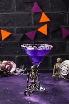 Cóctel de margarita de lavanda púrpura de halloween