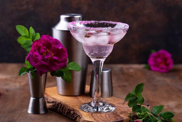 Cóctel de margarita rosa con jarabe de rosas