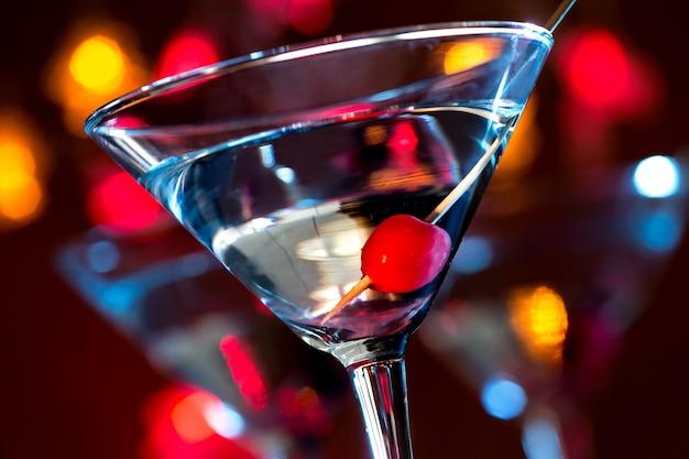 Cóctel martini aislado en blanco oscuro