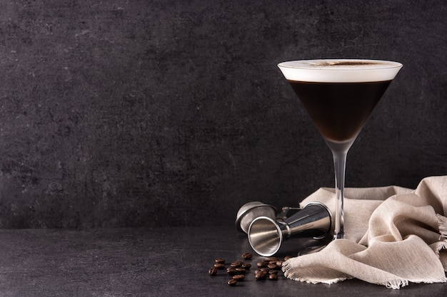 Cóctel martini espresso en vidrio sobre fondo negro