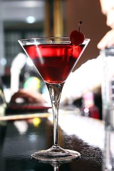 Cóctel de martini rosa en un bar