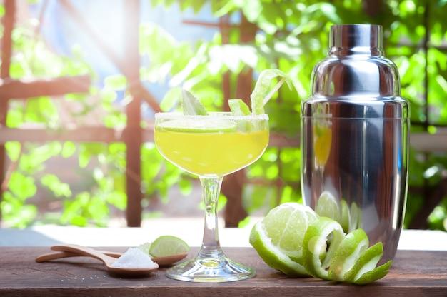 Cóctel mojito fresco en vasos en madera con fondo de naturaleza tropical, bebidas de verano