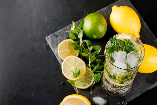 Cóctel mojito con limones, limas y menta