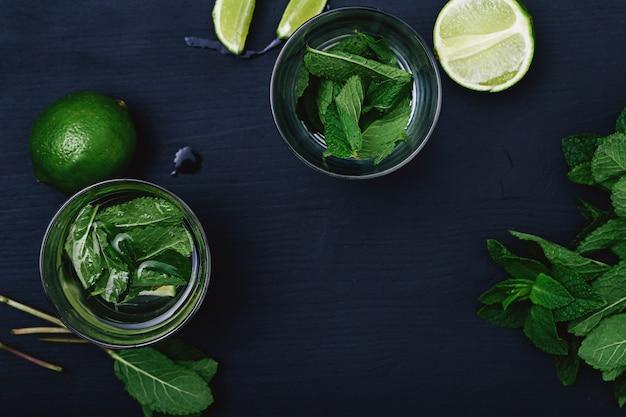 Cóctel mojito en vasos con limón y menta