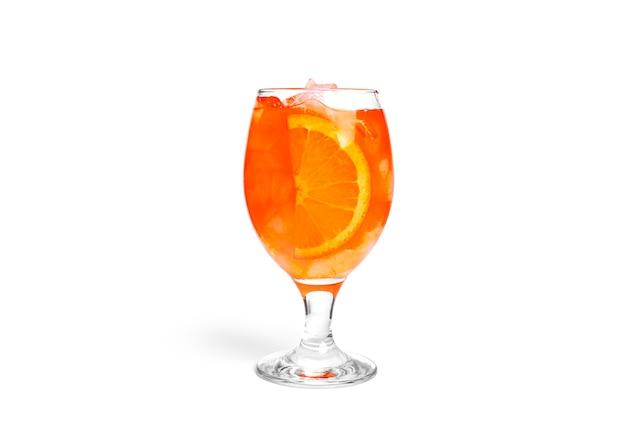 Cóctel de naranja aislado sobre un fondo blanco.