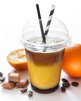 Cóctel de naranja y café sobre un fondo blanco.