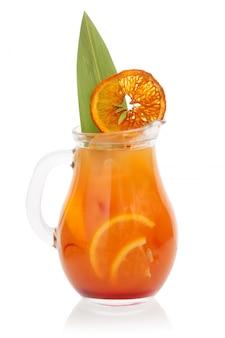 Cóctel de naranja en una jarra abierta