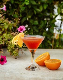 Cóctel de naranja sobre la mesa