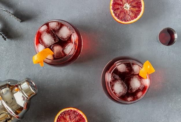 Cóctel negroni. amargo, ginebra, vermut, hielo. bar. recetas. bebidas alcohólicas.