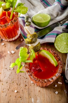 Cóctel picante de bloody mary con guarnición