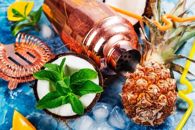 Cóctel de piña colada e ingredientes.
