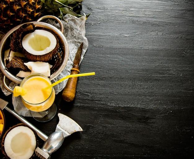 Cóctel de piña colada. hacer cócteles en la pizarra