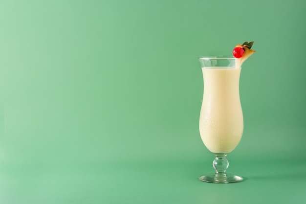Cóctel de piña colada en vaso