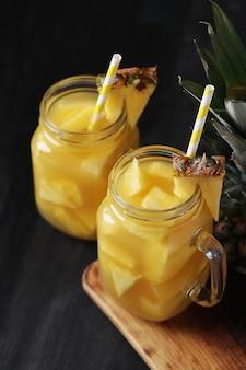 Cóctel de piña con pajita. bebida tropical