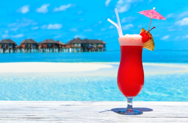 Cóctel con playa borrosa