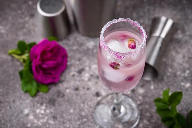 Cóctel rosa con champán y jarabe de rosas