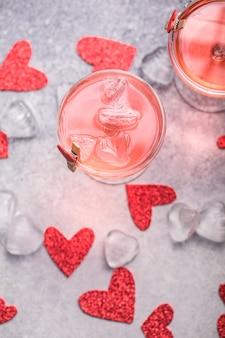 Cóctel rosa festivo con champagne o prosecco para el día de san valentín. par de vasos