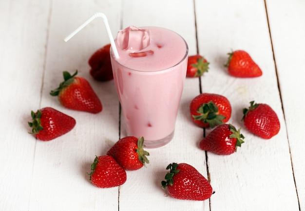 Cóctel rosa helado y fresas frescas