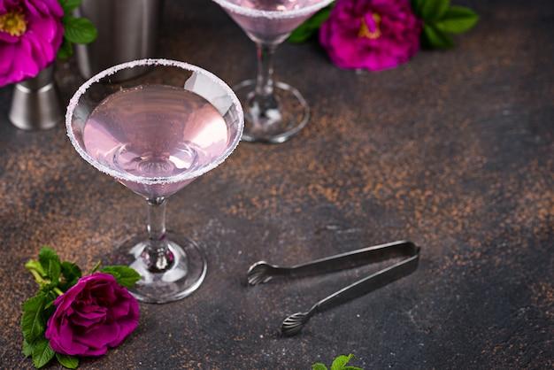 Cóctel rosa con jarabe de rosas