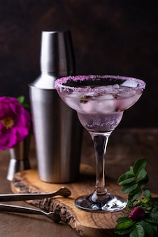 Cóctel rosa margarita con jarabe de rosa