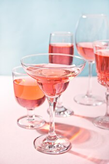 Cóctel rosa tropical de verano en vasos diferentes.