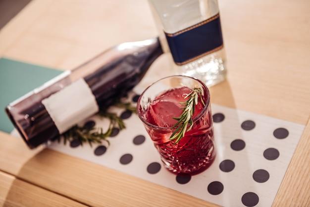 Cóctel sabroso. vista superior de un vaso con bebida alcohólica de pie sobre la mesa