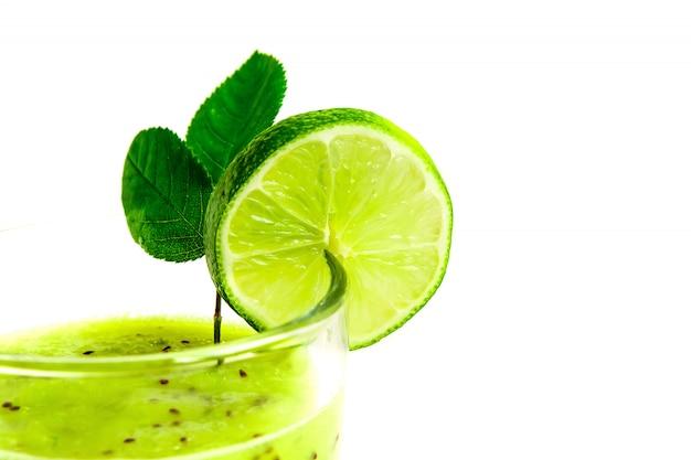 Cóctel saludable verde de kiwi, manzana verde, lima y menta aislado en primer plano de fondo blanco