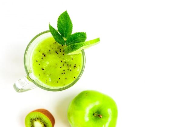 Cóctel saludable verde de kiwi, manzana verde, lima y menta aislado en la vista superior de fondo blanco