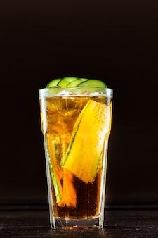 Cóctel con tequila sobre fondo oscuro