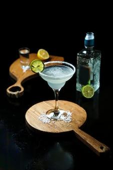 Cóctel con tequila sobre la mesa
