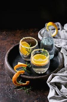 Cóctel tónico con romero y naranja.