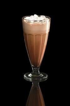 Cóctel del verano del café del batido de leche con los malvaviscos aislados en negro