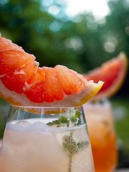 Cóctel de verano con flores de pomelo y hielo.