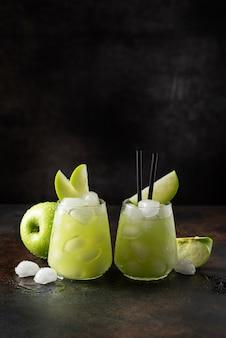 Cóctel de verano con manzana verde y hielo. con espacio de copia
