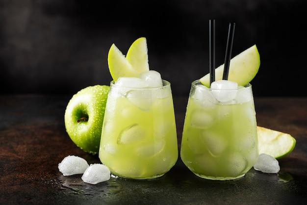 Cóctel de verano con manzana verde y hielo. imagen de enfoque selectivo con espacio de copia