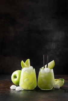 Cóctel de verano con manzana verde y hielo.