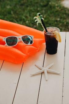 Cóctel de verano en el parque acuático de vacaciones.