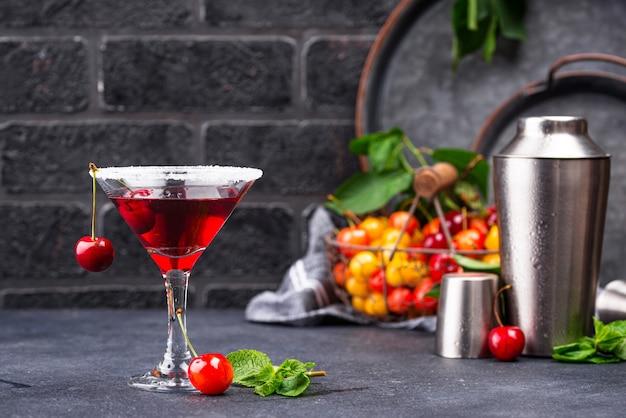 Cóctel de verano rojo cereza