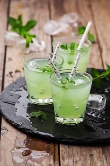 Cóctel verde con ron y menta